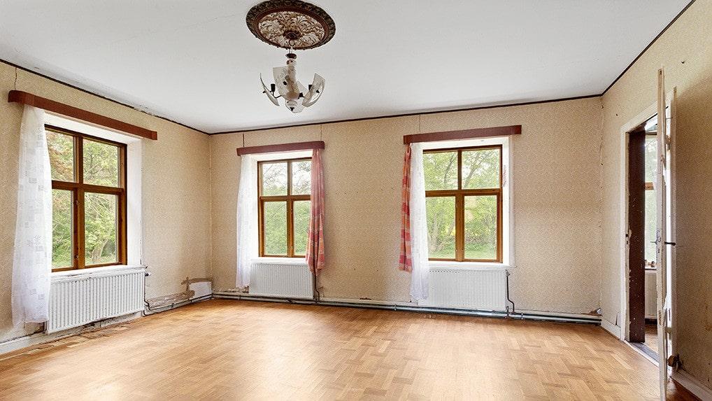 Den gamla salen, finrummet. Gardiner och taklampa i vacker takrosett finns kvar.