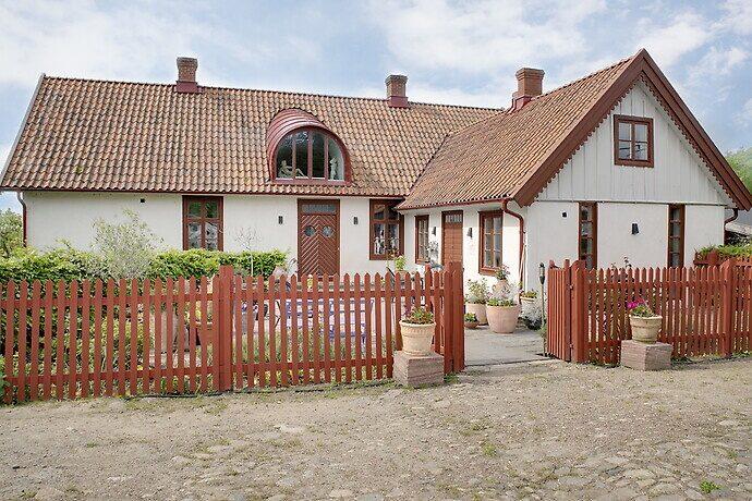 Men huset, byggt 1858, klarade sig undan branden.