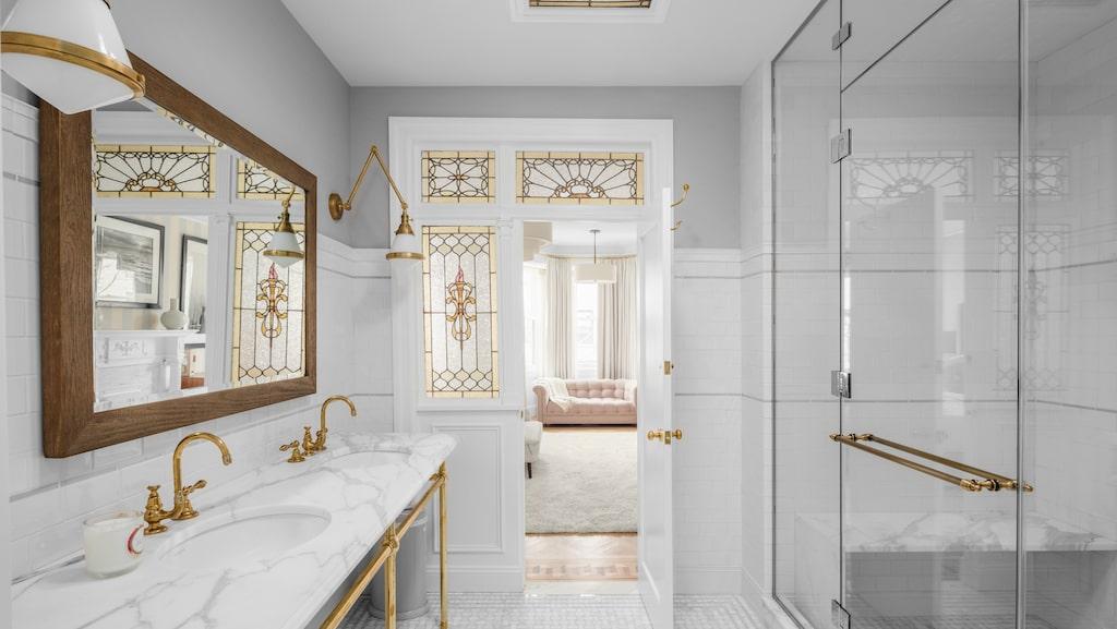 Badrummet är i marmor.