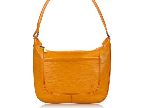 """Louis Vuitton, """"Matsy Bag"""". Fodrad, dragkedsförsedd axelremsväska i epiläder. Detaljer i """"LV""""-märkt guldfärgad mässing. Slutpris: 3 150 kronor."""