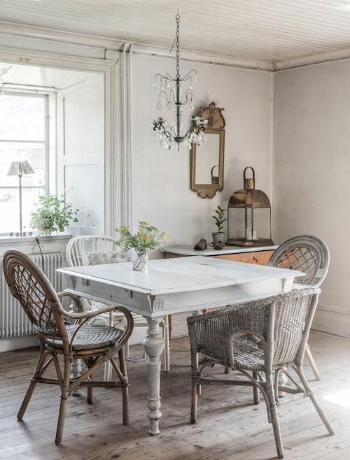 Bordet med patina fanns i huset. Spegel och korgstolar i olika modeller från loppis.