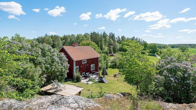 En söt sommarstuga är till salu i den kändistäta och idylliska Hammersta i Gnesta.