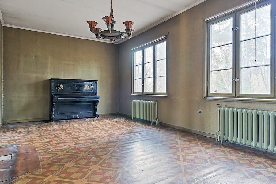 Stort och luftigt vardagsrum med härligt ljusinsläpp via stora fönster.
