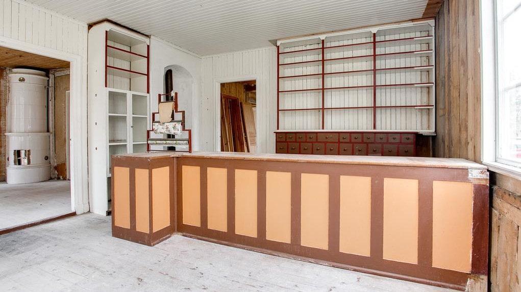 I huset finns den gamla köpmansdisken bevarad.