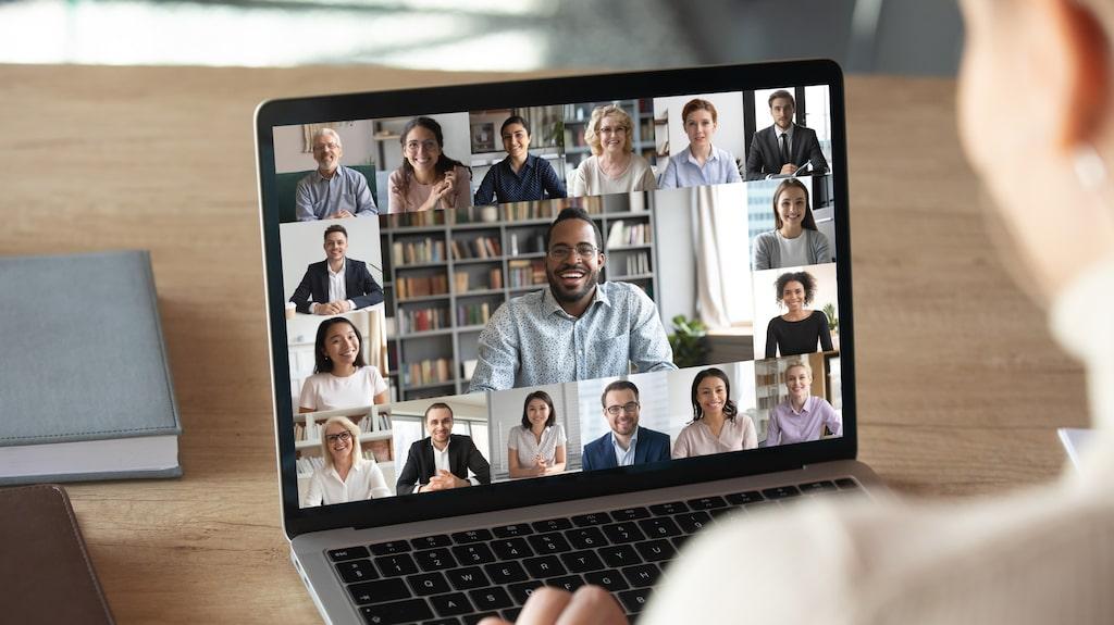 Människor som får jobba på distans verkar må bättre än de som alltid måste jobba på kontoret, visar en studie i England.