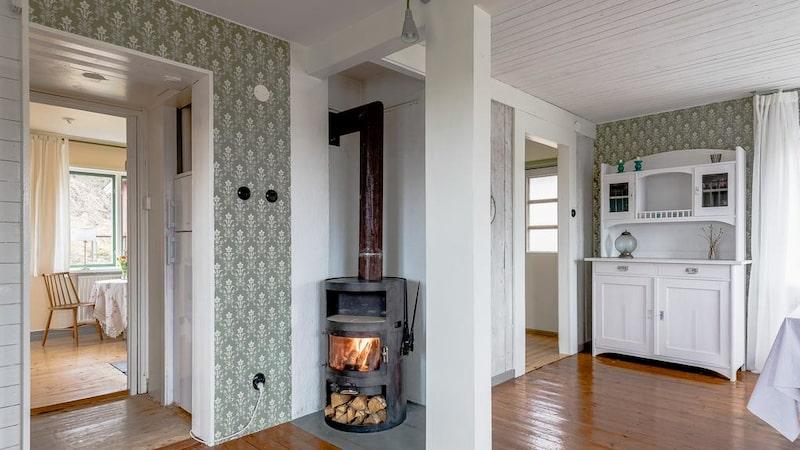 På vintern kan man värma sig framför braskaminen i vardagsrummet.