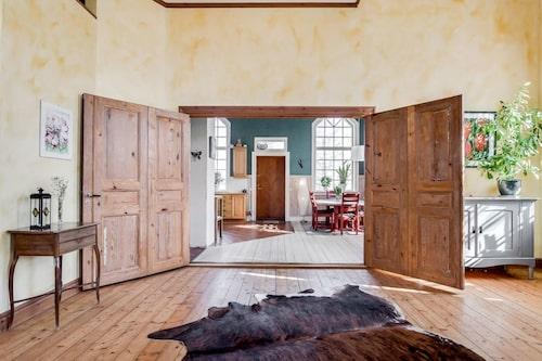 Vikbara spegeldörrar mellan köket och den gamla kyrksalen.