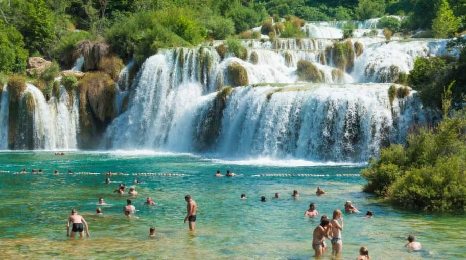 Den här nationalparken fångar in floden Krka och dess vattenfall. Ta med baddräkten, för det är tillåtet att  bada här, och när du ser det gröna vattnet och omgivningarna vill du inte missa den chansen.