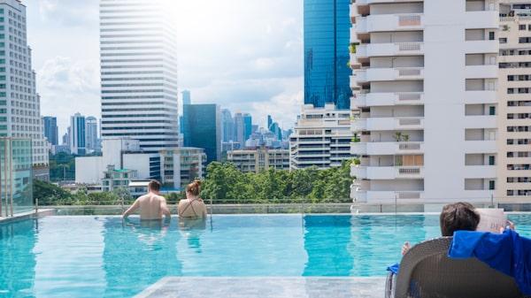 """En vinterresa i Bangkok kan innebära både bad, shopping, upplevelser och god mat. Att boka ett hotell med en """"roof top pool"""" brukar vara ett säkert kort."""