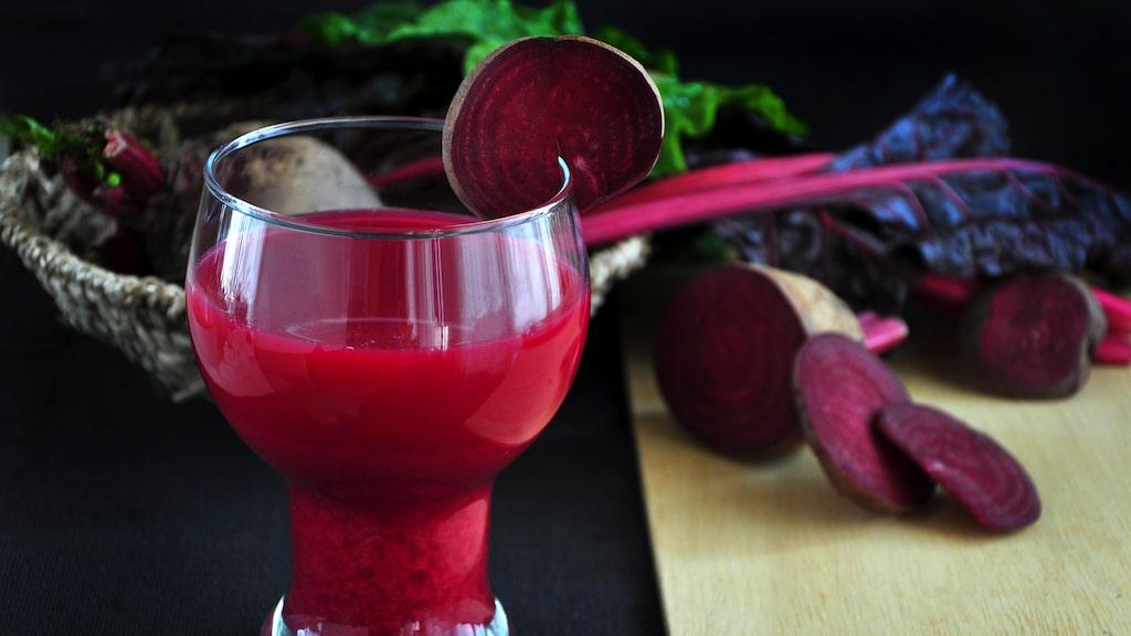 Att dricka juice gjord på rödbetor är bra för blodtrycket.
