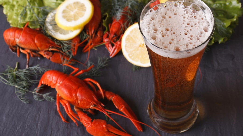 Öl med en tydlig beska passar enligt experterna extra fint på kräftskivan.