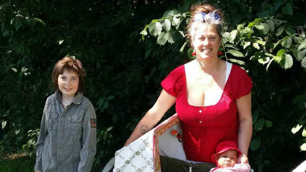 Ulrika Fransson, 42, tillsammans med barnen Harald, 12, Flora, 8 månader och hunden Sando. Flora ligger i en hemmasnickrad barnvagn, som väcker mycket uppmärksamhet.