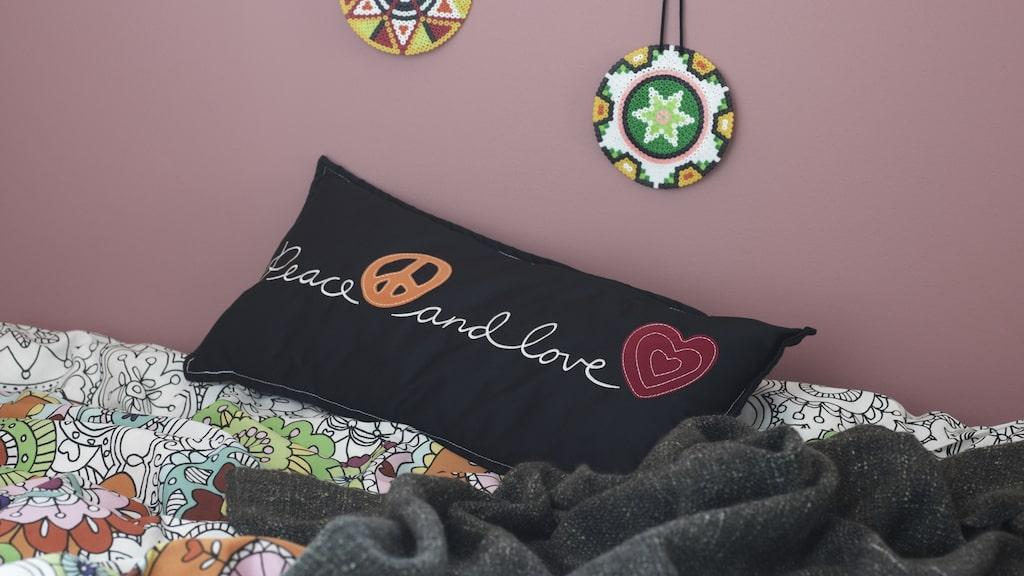 Vänskaplig textilkollektion är designad för barn i åldersgruppen 8–12 år och innehåller en rad unika textilier i olika uttryck. Från en rosa hjärtformad matta till mandalamönstrade sängkläder, 199 kronor, och en peace and love-kudde för 99 kronor. En stor del av textilierna är gjorda av 100% bomull och komemr från mer hållbar odling.