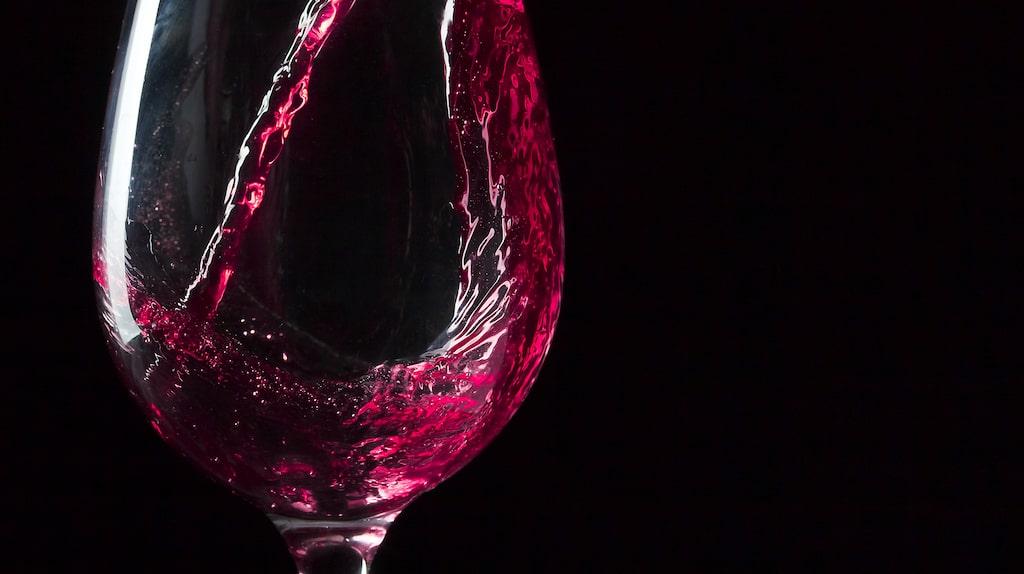 Är det sant att rött vin kan ge huvudvärk? Allt om Vin ger dig koll på läget.