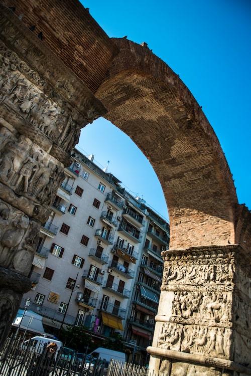 Triumfbågen med sina fantastiskt vackra reliefer visar Kejsar Galerius seger över perserna 297 e kr.