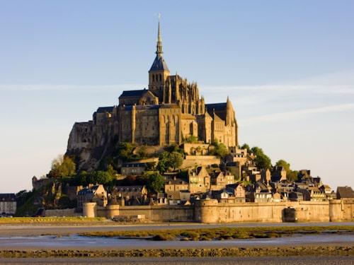 Mont-Saint Michel har hela 2,8 miljoner besökare årligen.