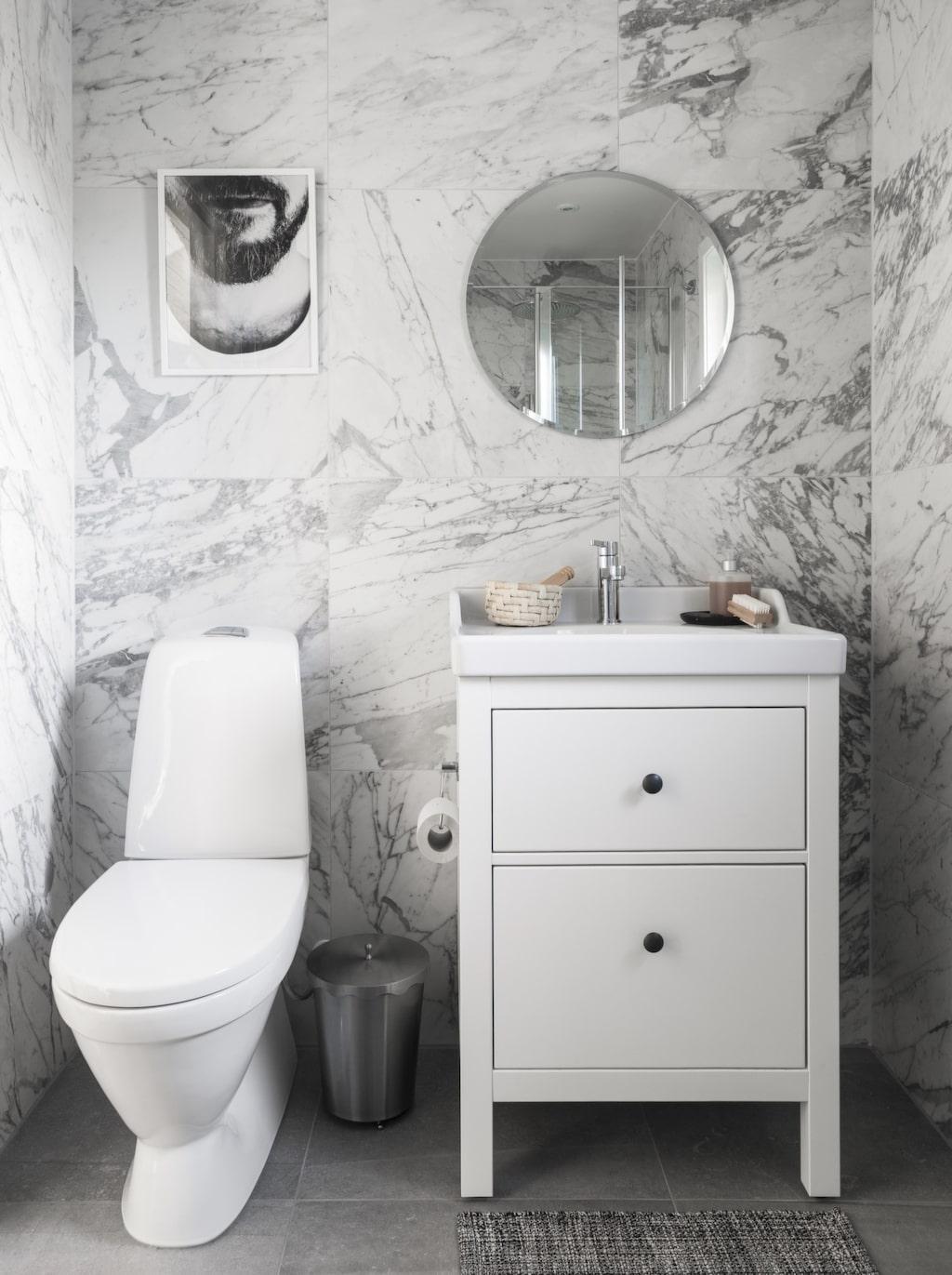 Gästbadrummet är ny-renoverat. Med marmor-kakel och stenkeramik på golvet, i grått så klart.