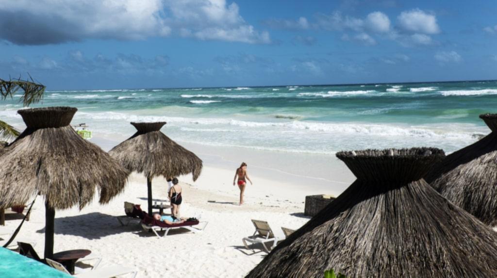 Paradiset? Ett hav, en strand, en solstol och ett parasoll som skuggar. Vad kan man mer begära av livet?