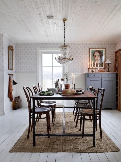 Åse älskar att gå på loppis och har inrett familjens hem med många fina loppisfynd. Bordet är ett hemmabygge.