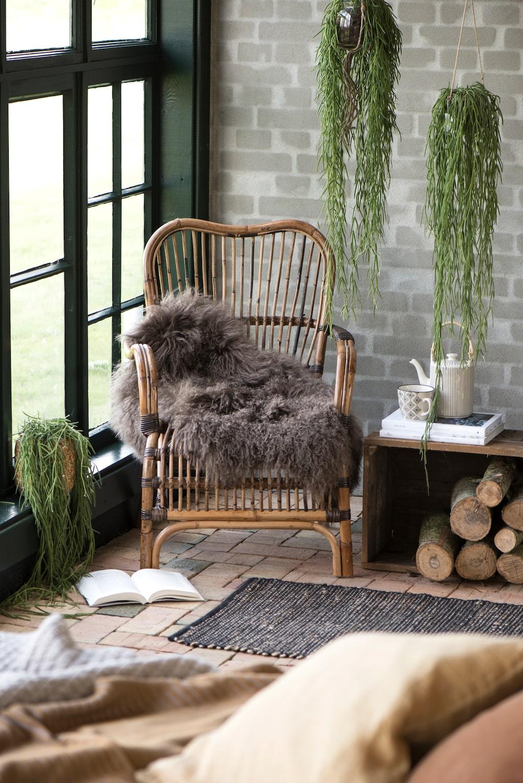 Naturen fortsätter att inspirera oss i höst. Vi väljer möbler i rotting, obehandlat trä och inreder med textilier i mjuka pasteller. Här inspiration från IB Laursen.