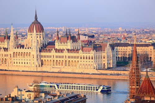 Turistbåt på Donau framför Parlamentet.