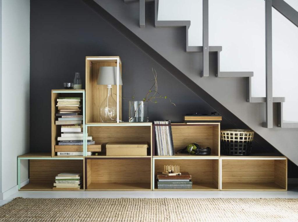 <p>Förvara under trappan. Här är ett fint exempel på hur du kan utnyttja svårmöblerade vrår. Moduler av bambu, Ikea PS 2014.<br></p>
