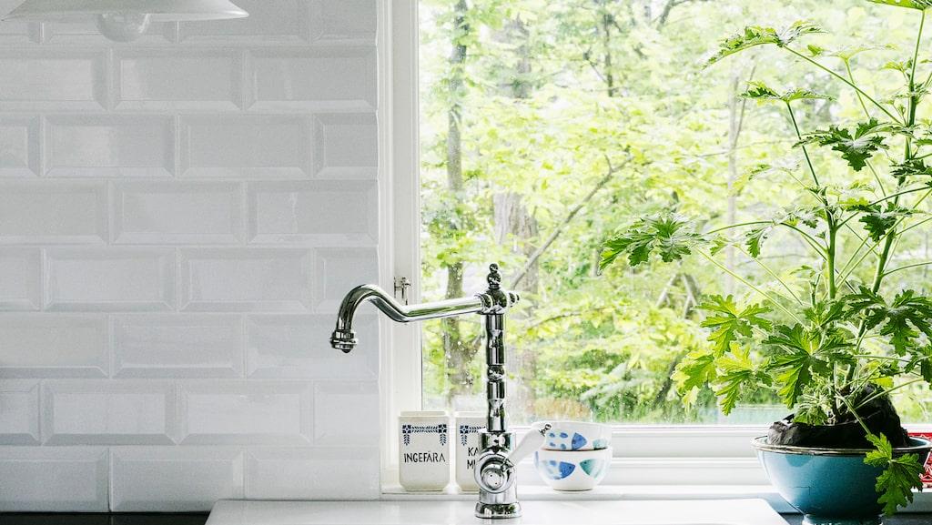 Det nya köket kommer från Ikea. Kakel från Bauhaus. Skomakarlampa från loppis. I skålen står rosengeranium.