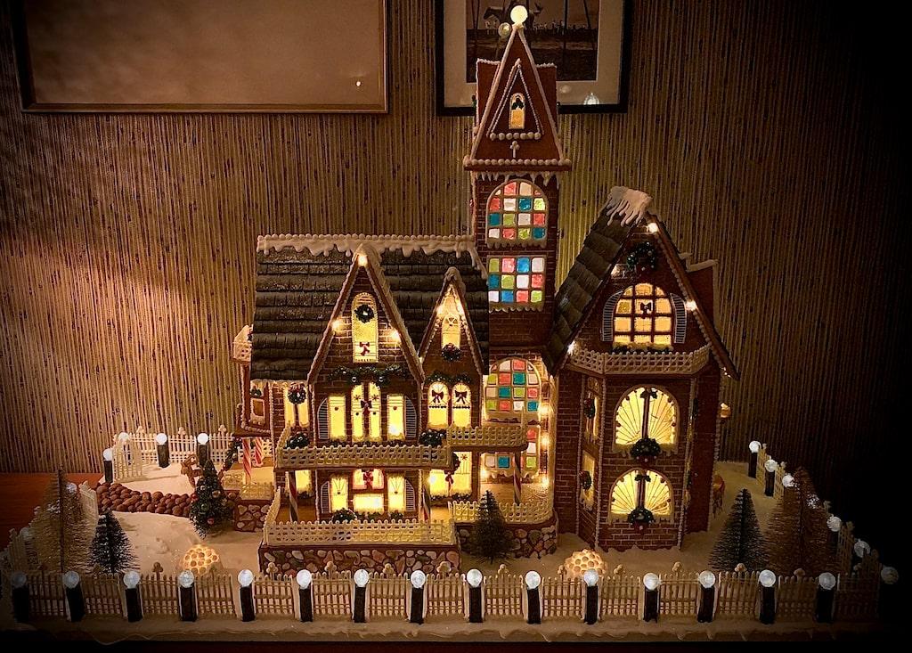 Malin Håkansson har byggt ett pepparkakshus som är 70 centimeter brett och 70 centimeter högt och varenda detalj på huset går att äta.