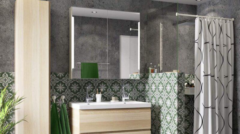 <p>Ljusa träslag och marockanskt kakel i grönt. Spegelskåp Storjorm med i inbyggd belysning. Kommod Godmorgon/Edeboviken med vitlaserad ekeffekt och vitlaserad ek. Högskåp Godmorgon. Handduk Fräjen och duschdraperi Uddgrund, Ikea.</p>