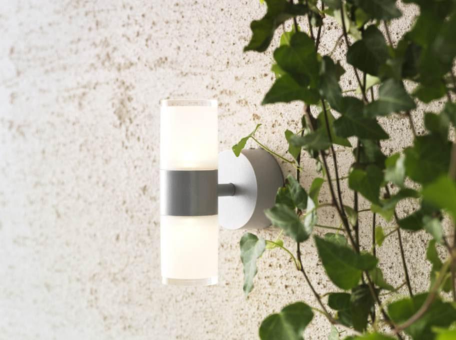 Solbacken har belysning både upp och ned, pulverlackad aluminium och plast, höjd 17 cm, 399 kronor, Ikea.