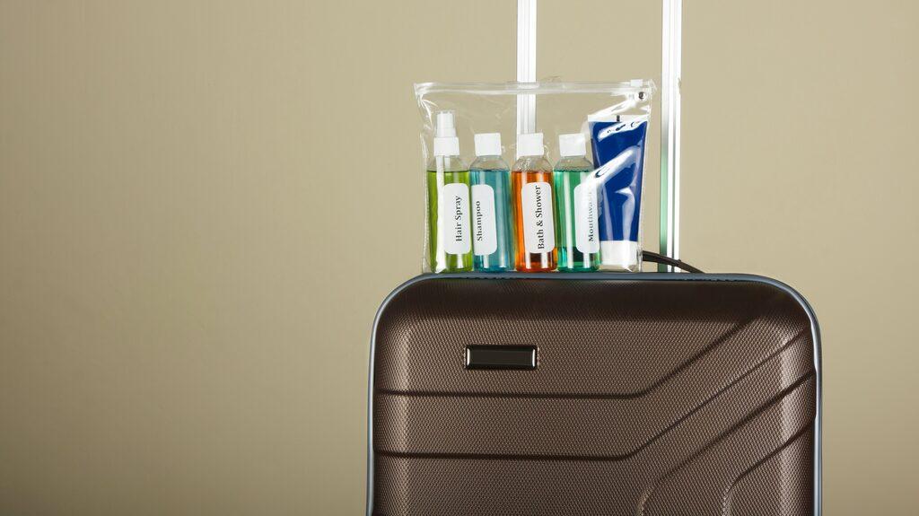 Vätskor ska vara i behållare som rymmer max en deciliter och läggas i en enliterspåse.