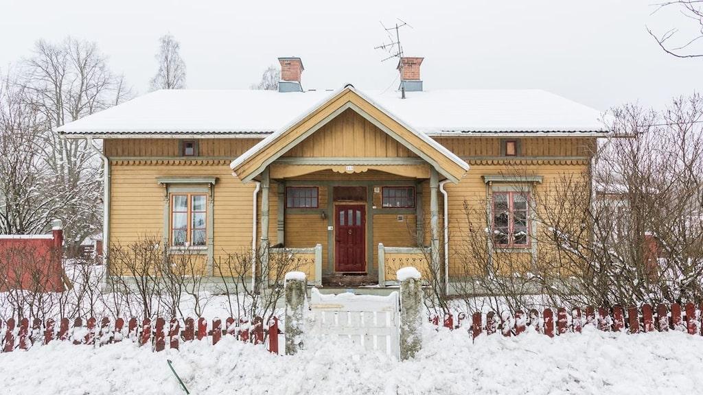 Huset byggdes i som stationshus i Spånga i slutet av 1800-talet och flyttades sedan till Ramnäs utanför Surahammar.