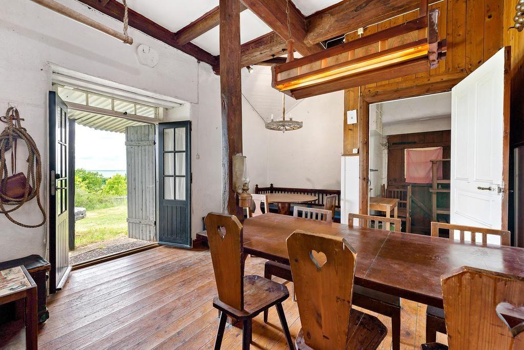 På första våningen ligger den charmiga matsalen och köket.