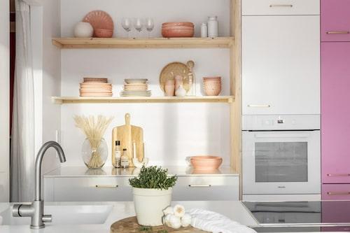 Köksluckorna var turkosa när hon flyttade in, men hon lackerade om några av dem till rosa när hon flyttade in.