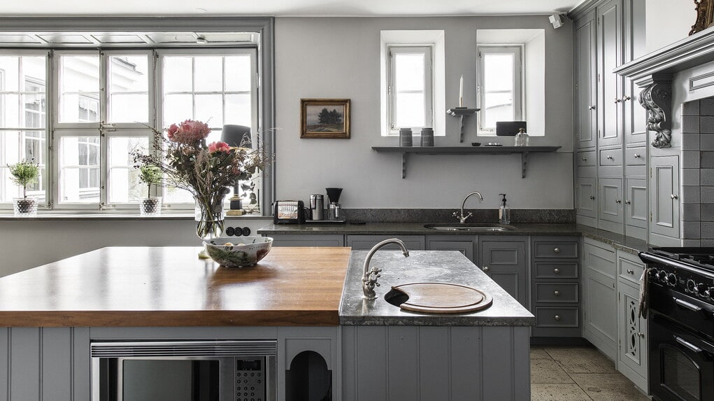 """Det exklusiva köket är platsbyggt med köksö och """"utrustat i professionell kocks regi""""."""
