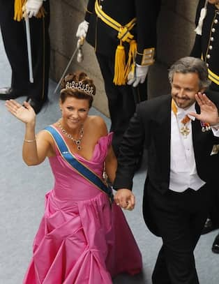 536936d5849d Prinsessan Märtha Louise och Ari Behn. CAMILLAS KOMMENTAR: Hennes klänning  är kul, färgen är vacker. Men eftersom hon inte har någon midja borde hon  ha ...