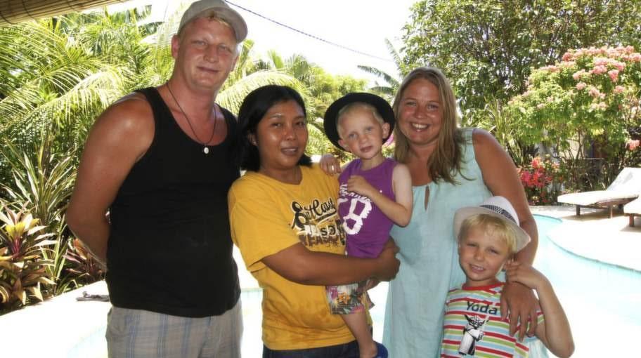 Ida Thunberg och hennes familj tillsammans med husets kokerska Wiwin, som blev en god vän till familjen under de tre veckorna i huset på Bali.