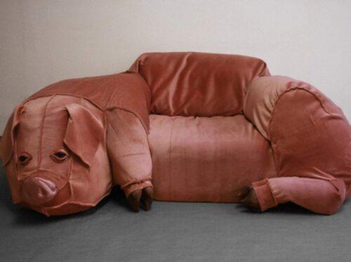 En grisfåtölj som nog passar bäst i en barnkammare. Vill det sig väl kan man nog klämma ned både två och tre ungar i den.