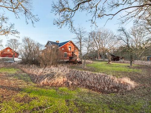Utgångspriset för gården är satt till 1,5 miljon kronor. Inte jättebilligt – men på köpet får du en tomt på drygt 7000 kvadratmeter med gamla bärbuskar och frukträd.