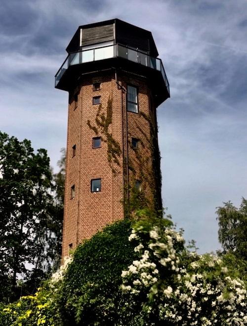 Fram till 70-talet användes huset som vattentorn. Nuvarande ägare renoverade det och flyttade in 2008.