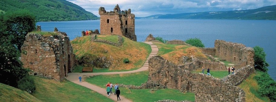 Väljer du att bo på ett slott i närheten av Edinburgh har du möjlighet att åka på sjömonsterspaning vid Loch Ness. Här syns Urquhart.