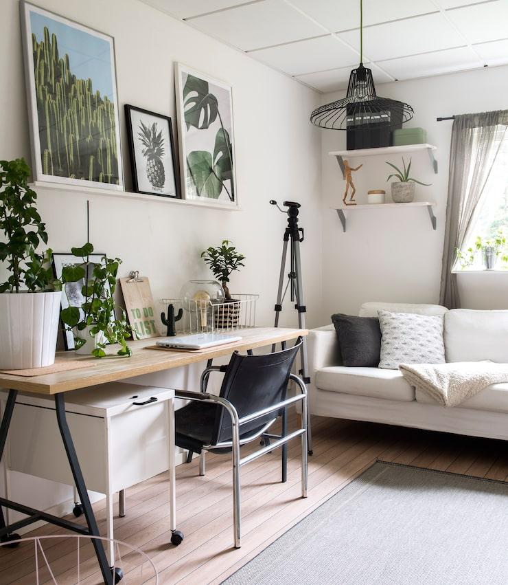 Bladformer. I arbetsrummet syns Vanessas intresse för vackra bladformer. Affischer från Pinly.se och Wallstars.se.