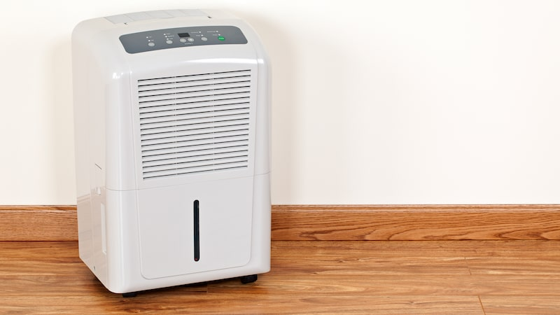 Luftavfuktare samlar med en fläkt upp fukten i ett rum och som hamnar i ett slags behållare likt en kondenstorktumlare.