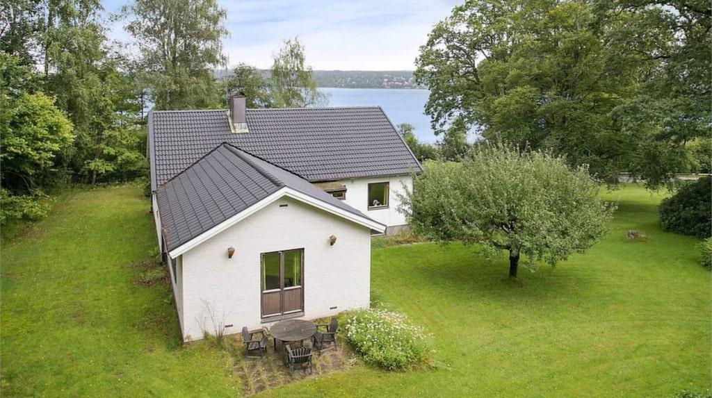 Det här vita huset är byggt 1950. Nu är det till salu för 2 490 000 kronor.