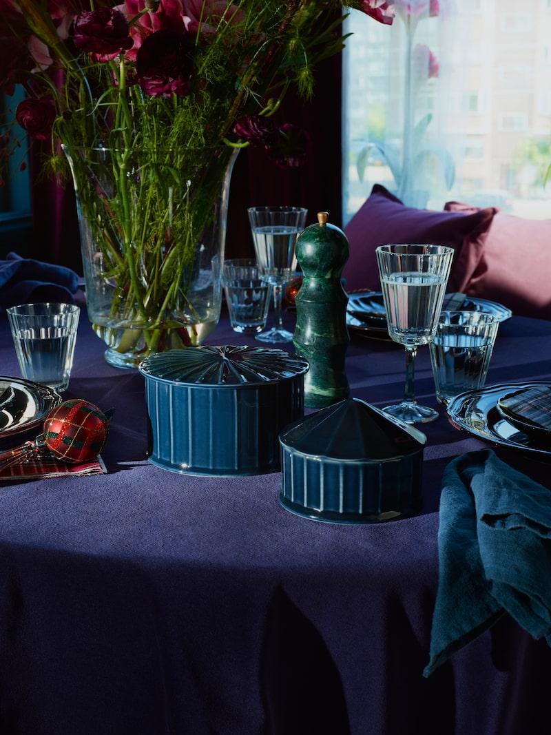 Serveringsskål med lock, 99 kronor, vinglas, 29 kronor, glas, 20 kronor, kryddkvarn marmor, 199 kronor.