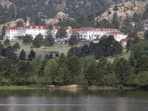 The Stanley Hotel ligger vid foten av Klippiga bergen.