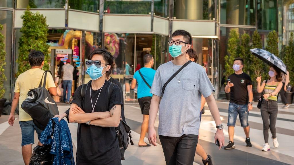 Bangkokbor på shoppingtur med ansiktsmasker mot viruset.