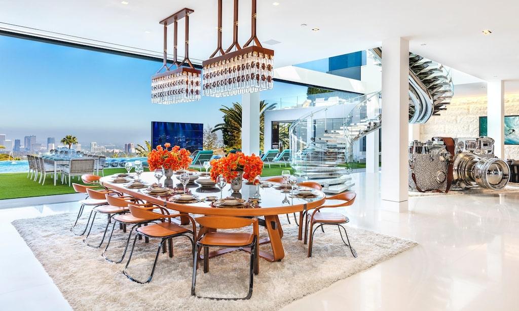 Matsalsbordet rymmer många gäster. Stora glasfönster ut mot poolen och härlig utsikt över staden.