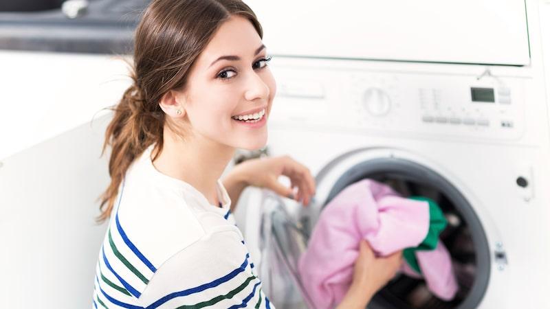 Är du less på att kläderna tappar färgen i tvätten? Lugn, det går att åtgärda, med enklaste knepet...