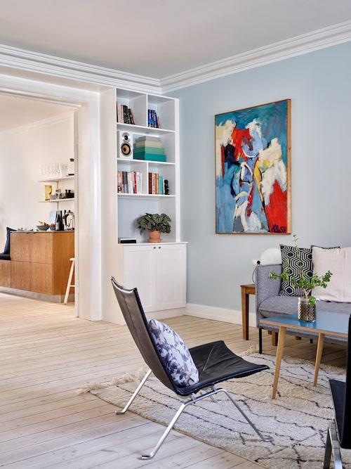 Sofie och Niels har inrett hela sitt hem med lekfullhet där dansk design får spela huvudrollen. Niels moster har målat den stora tavlan.